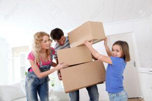 12556934-가족이-새-집으로-이동.jpg